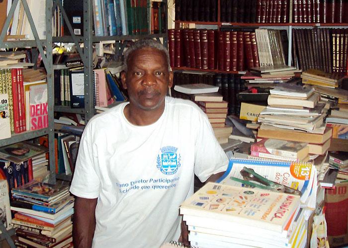 Seu Carlos em meio a Biblioteca Visconde de Sabugosa, Jardim Catarina.
