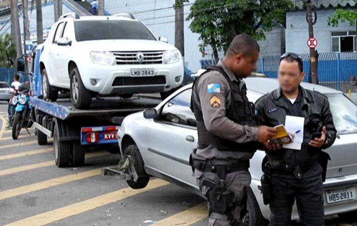 Polícia Militar do Rio de Janeiro rebocando os carros na via pública