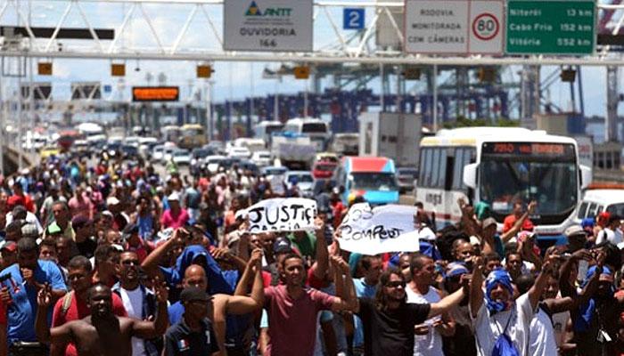 Trabalhadores do Comperj caminham sobre a ponte Rio-Niterói para denunciar os atrasos nos pagamentos.