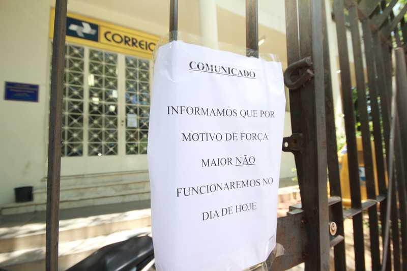 Um aviso sobre a falta de funcionamento estava no portão da unidade do Zé Garoto ontem Foto: Leonardo Ferraz
