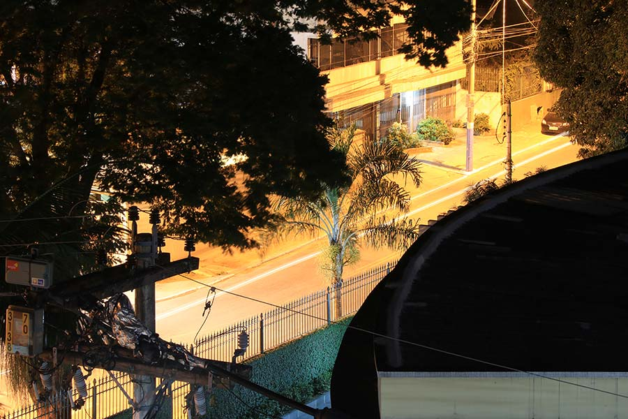 Rua Aluísio Neiva, Centro de São Gonçalo: carros em alta velocidade. Foto: Fernando Bittencourt