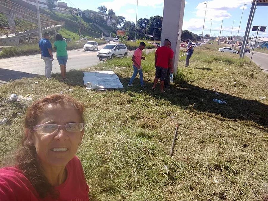 Na foto, a dona Darley mostra o trabalho de aparo e limpeza do matagal entre as pistas da estrada em Vista Alegre, São Gonçalo.
