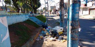 Um café na Praça dos Bandeirantes, ao lado das pilhas de lixo