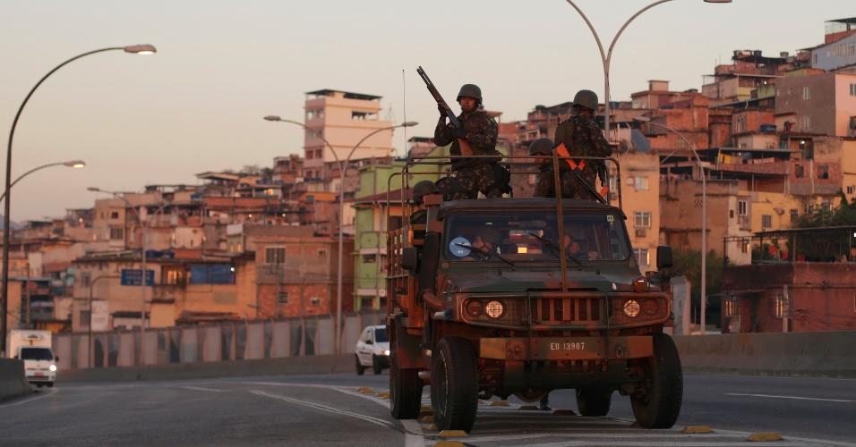 Exército no patrulhamento da Linha Vermelha, altura do Complexo da Maré, na época dos jogos olímpicos. Foto: UOL
