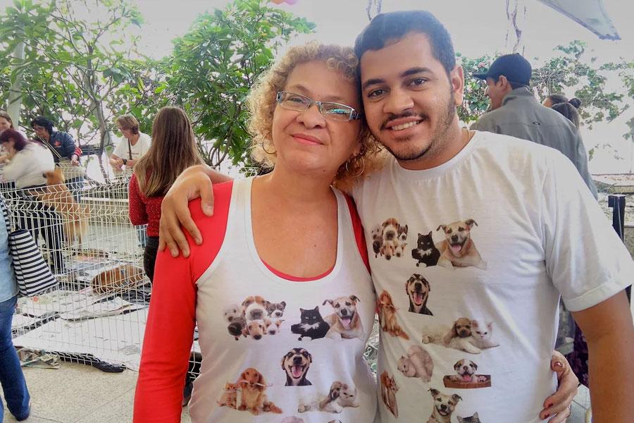 Organizadora da Feira de Animais, Mônica Nunes, e seu filho.