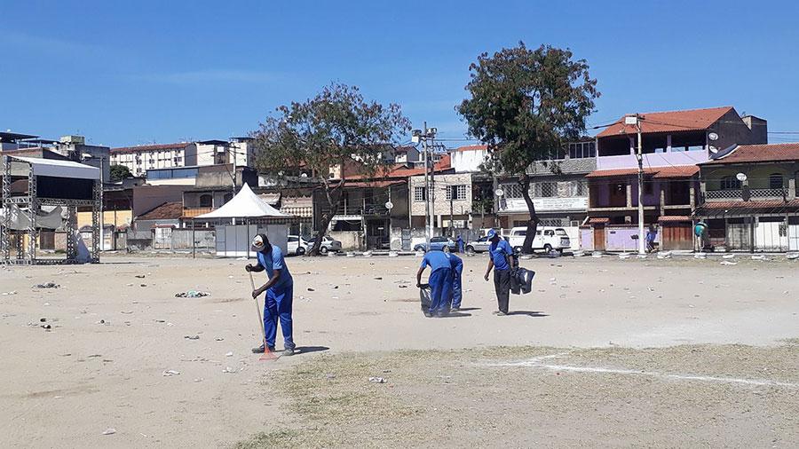 Equipe de limpeza da Prefeitura de São Gonçalo atuando no local, um dia após o evento. Foto: Romário Régis