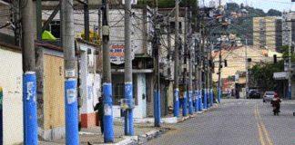 Postes da Avenida Dezoito do Forte, em São Gonçalo Foto: Fabio Guimaraes / Agência O Globo