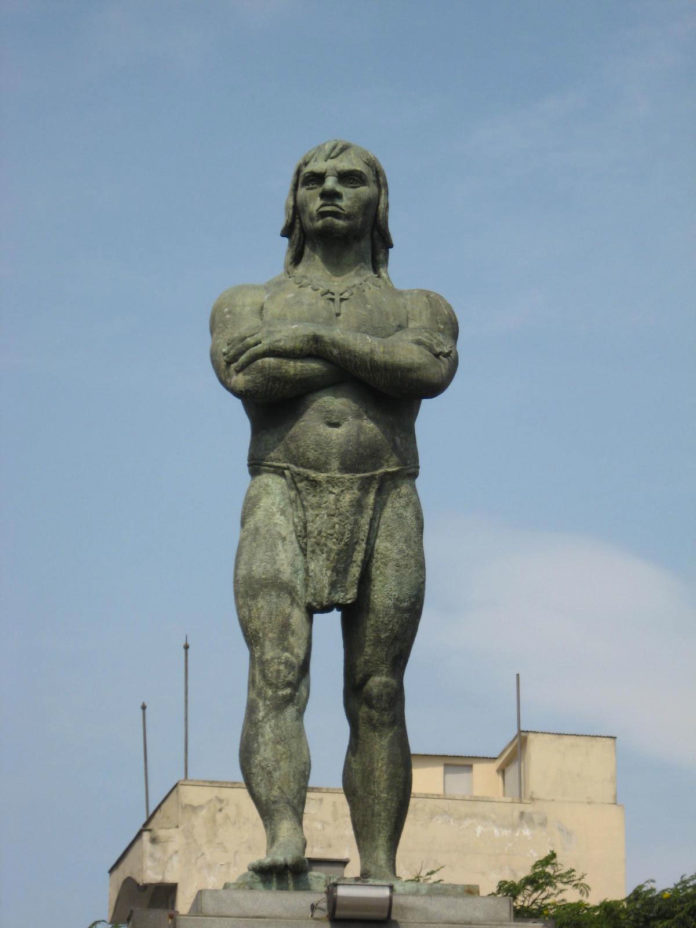 Estátua do índio Araribóia em Niterói