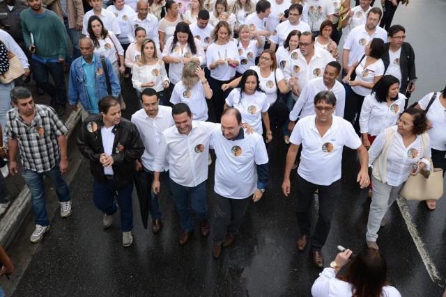 Sandro Almeida e Neilton Mulim em passeata pelo centro de São Gonçalo em 2015.