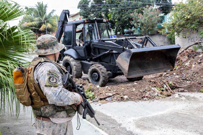 Equipe do BOPE com efetivo do 7ºBPM retirando barricadas de ruas no Jardim Catarina. Foto: Alex Ramos / O Ssão Gonçalo