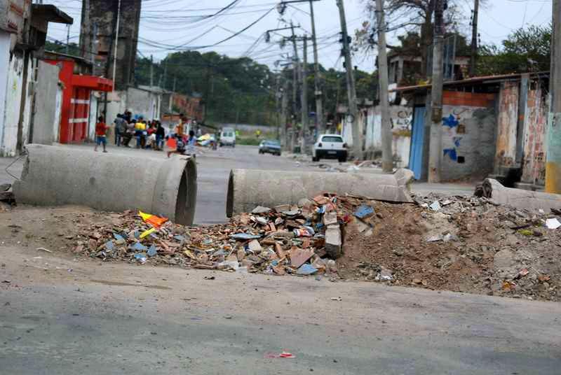 Ruas do Jardim Catarina bloqueadas a mando do tráfico. Foto: Luiz Nicolella