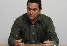 Sandro Almeida representa heróis e vilões da política gonçalense